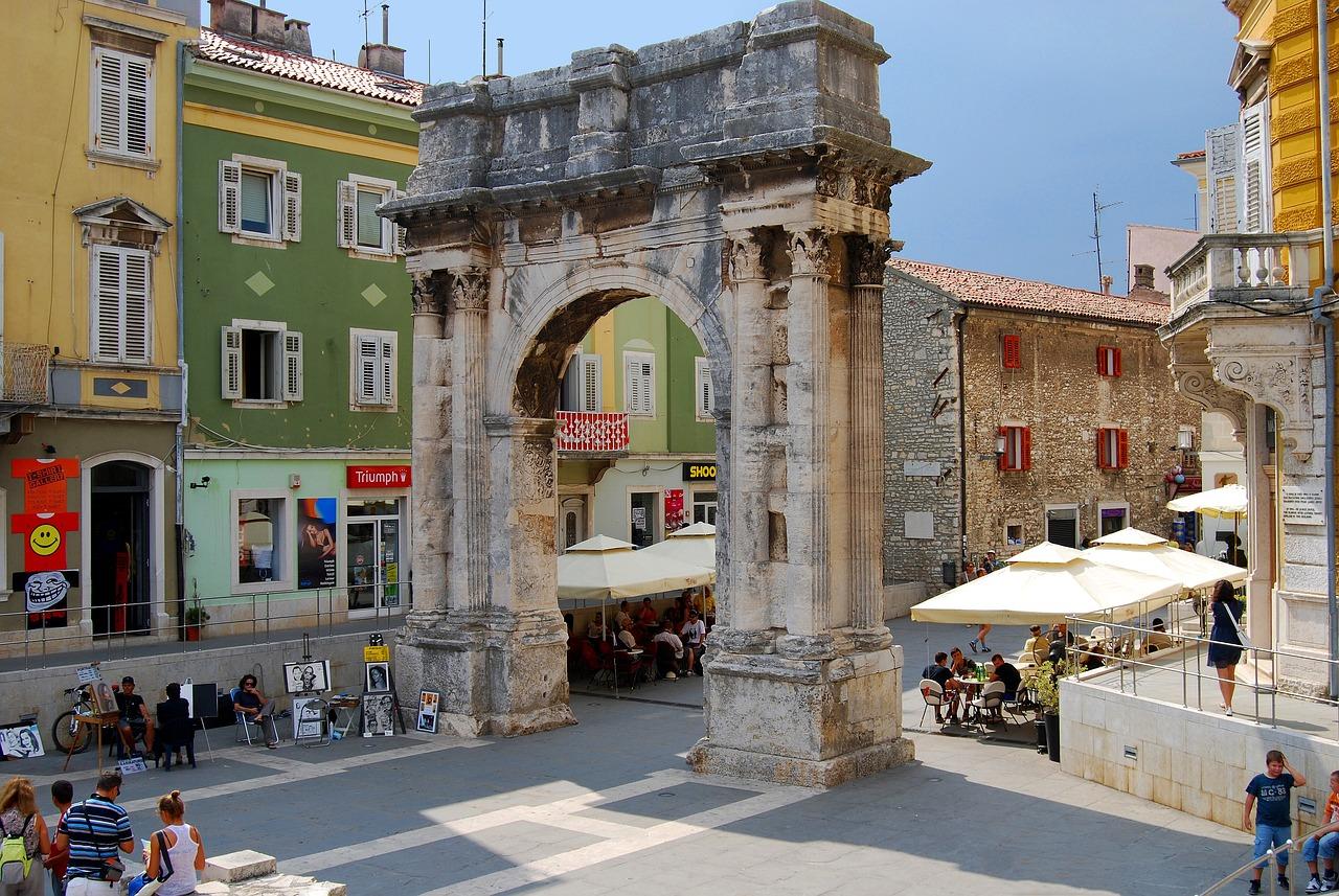 Помимо огромного амфитеатра, город Пула хранит триумфальную арку Сергиев, или Золотые ворота