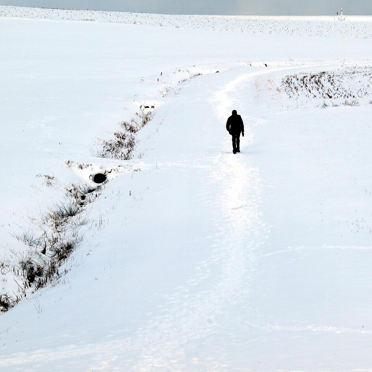 человек идущий по снегу картинки виды новообразований долго