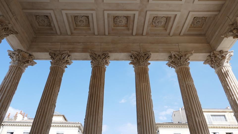 corinthian columns maison caree nimes roman