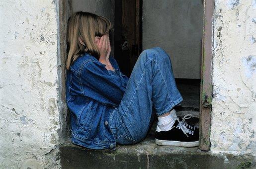 Niño Sentado, Jeans, En La Puerta, Grito
