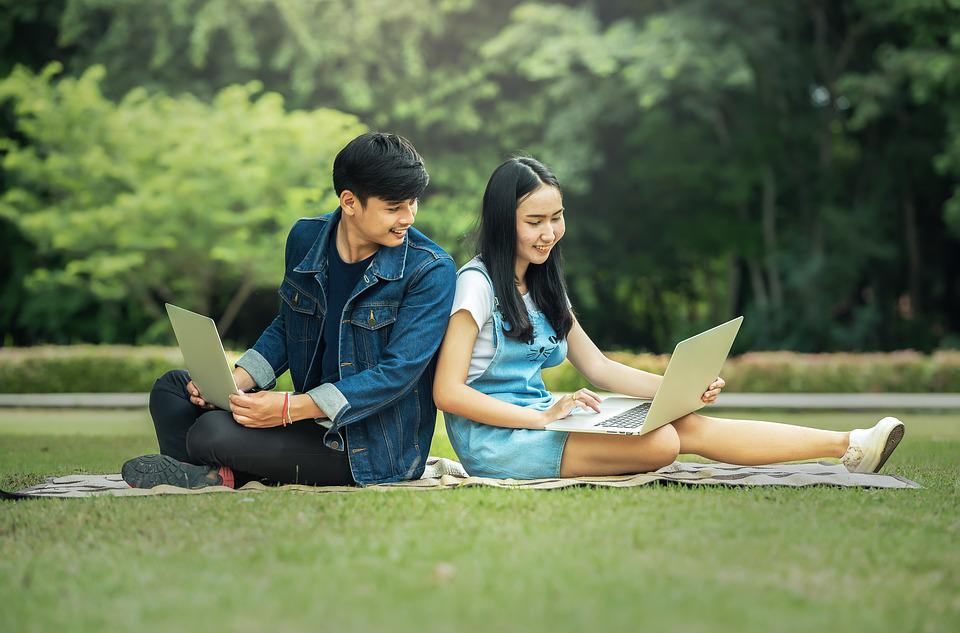 疲れ。, 若い, ノートパソコン, 美しい, 魅惑的です, 座席, フィリピノ語, 7 日間 週, 水平の