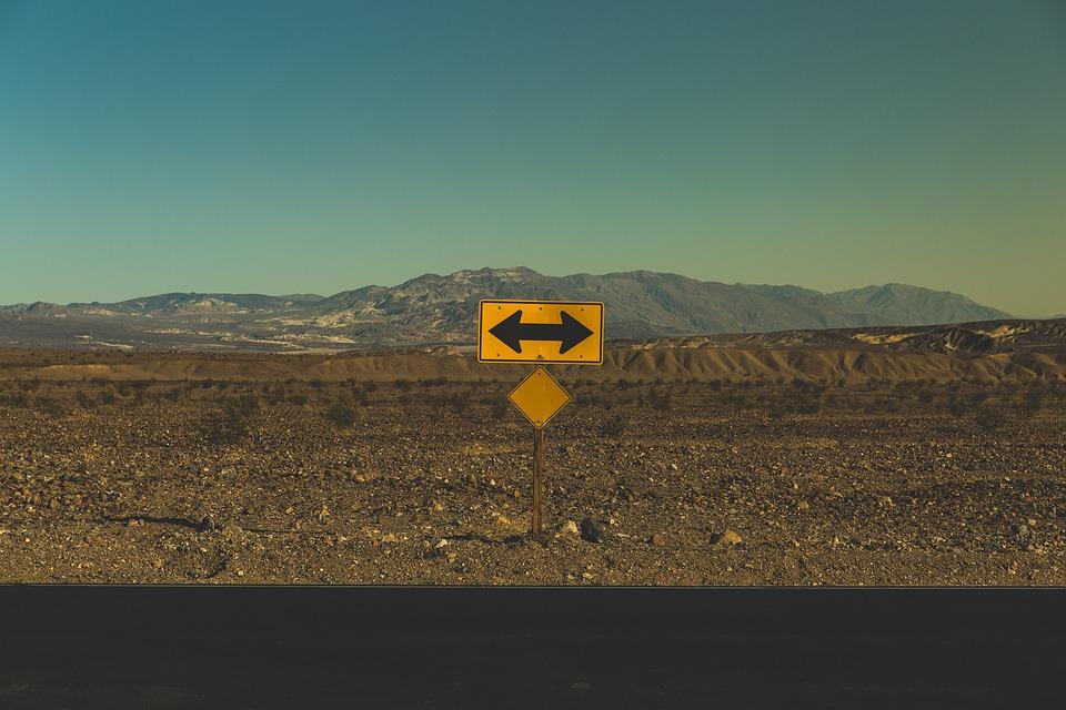 矢印, 不毛の地, 方向, 道路, 道路標識, 意思決定, 未来, 通り, 左, 右