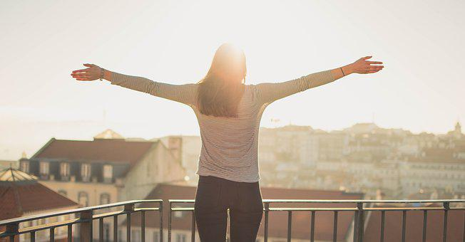 バルコニー, 人, 立っている, 日照, 女性, 自由, 朝, 幸せ, 玄幸