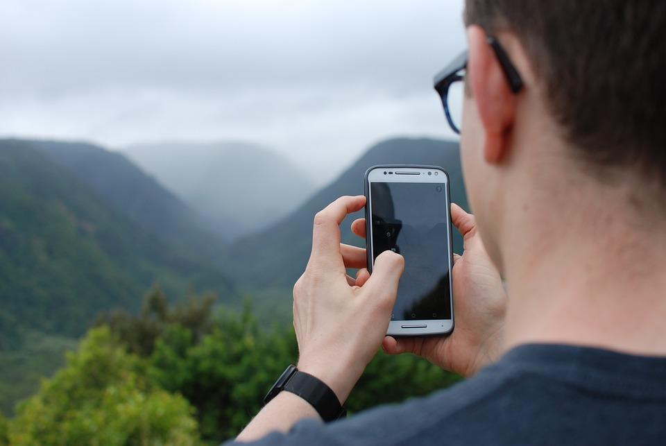 Resultado de imagen para persona usando celular