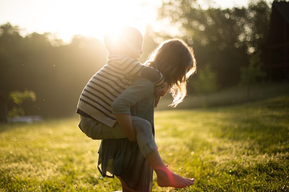 少年, ピギーバック, 兄弟姉妹, 子供, かわいい, 女の子, 草, 自然, アウトドア, 公園, 人