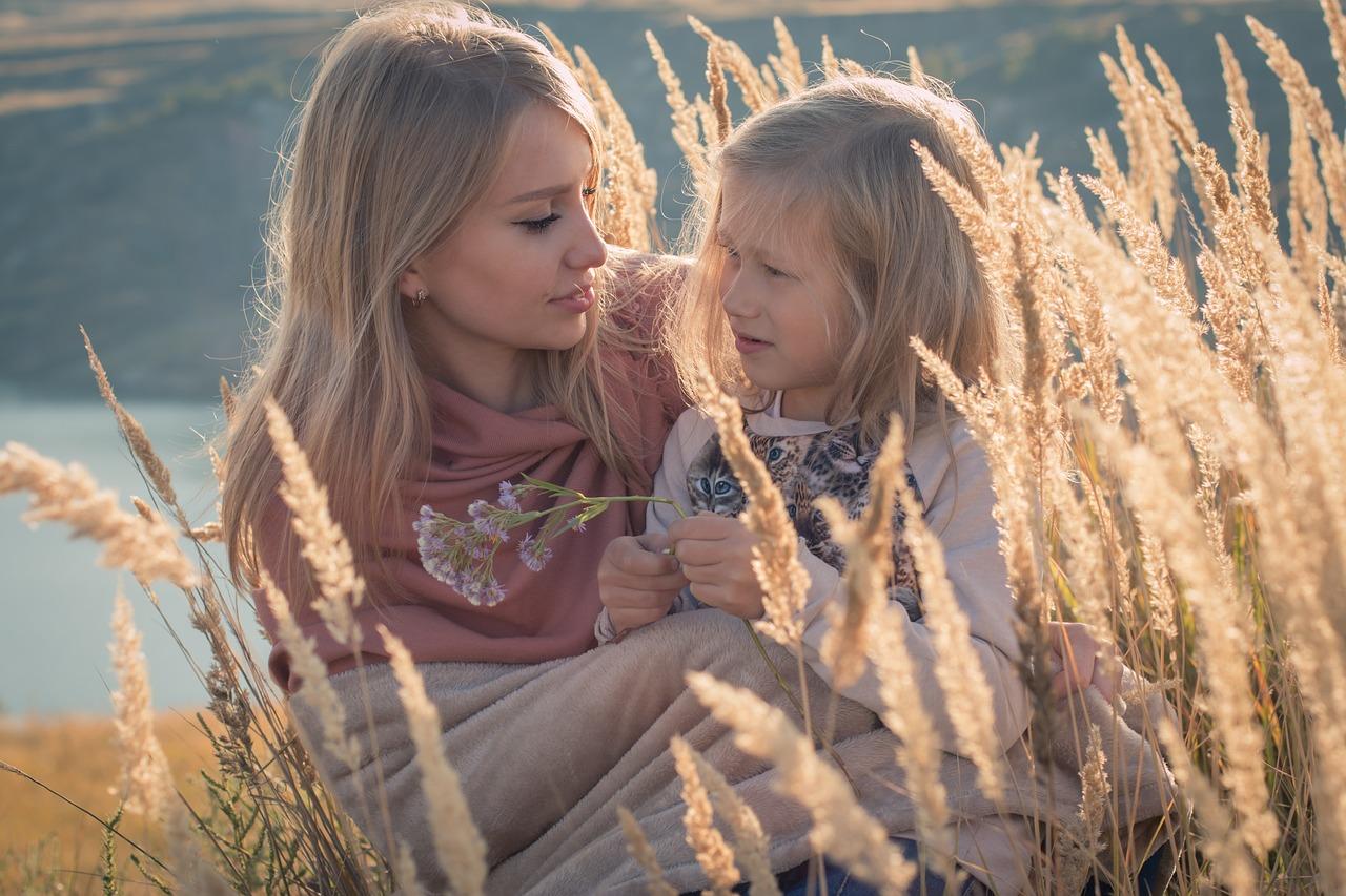 Una madre escuchando atentamente a su hija