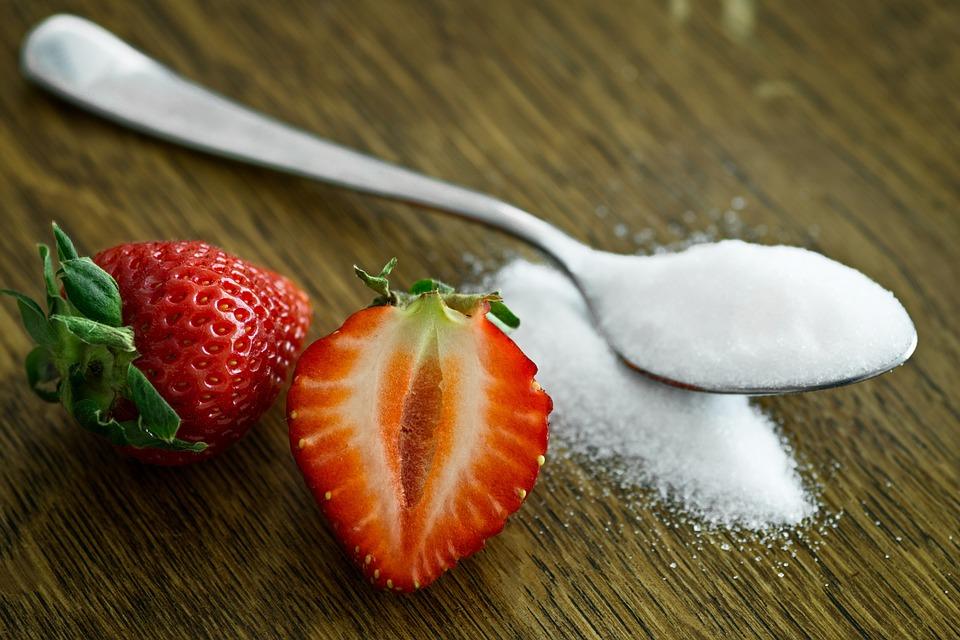 клубника и сахар