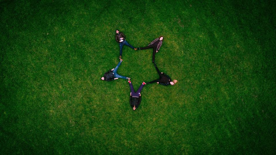 大人, 友達, 形成, 草, 星の形, 星形成, 横, 草の上, 草が茂った, フィールド, 牧草地, 草原