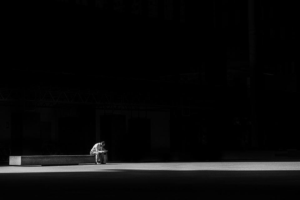 男, 座って, ベンチ, 座る, 1人, 孤独, 暗い, ライト, 人, 待っている, 黒の背景
