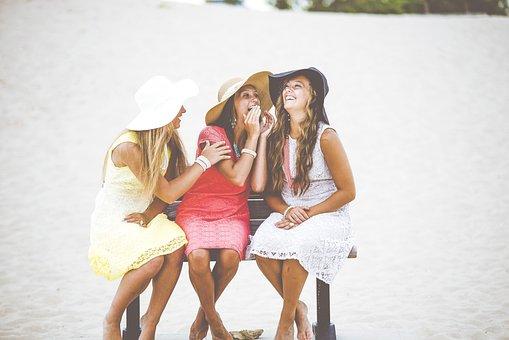 女の子, ベンチ, 笑う, 笑い, お友達と, ガールフレンド, 幸せ