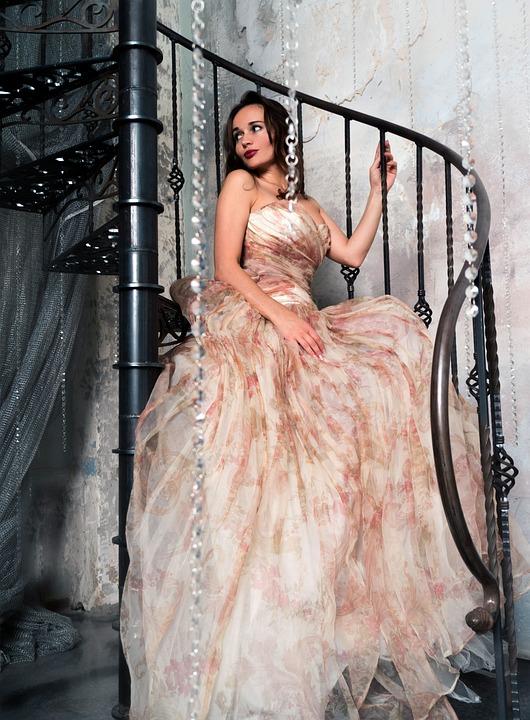 Винтовая лестница девушка фото
