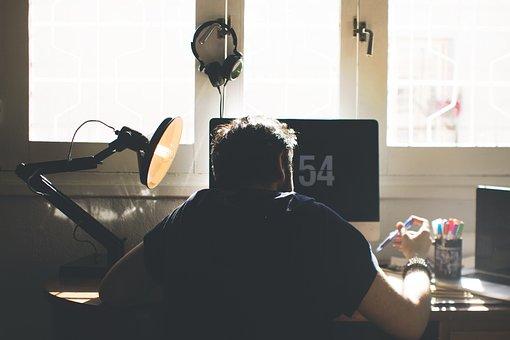 デスクワークしている男性の写真|KEN'S BUSINESS|ケンズビジネス|職場問題の解決サイト中間管理職・サラリーマン・上司と部下の「悩み」を解決する情報サイト