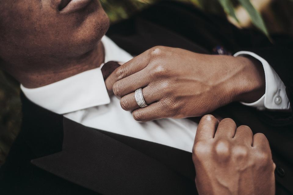 結婚式のネクタイの色|マナー/立場別/年代別/二次会