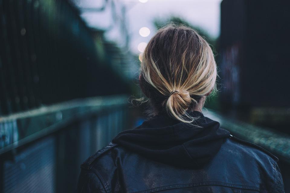 大人, 背面図, 黒い革のジャケット, ブロンドの髪, ぼかし, ブリッジ, クローズ アップ, 女の子