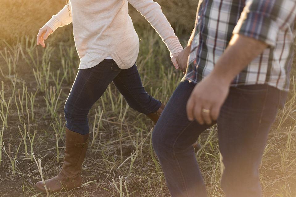 大人, カップル, 徒歩, ブーツ, 田舎, 女の子, 草, レジャー, ライフスタイル, 男, アウトドア