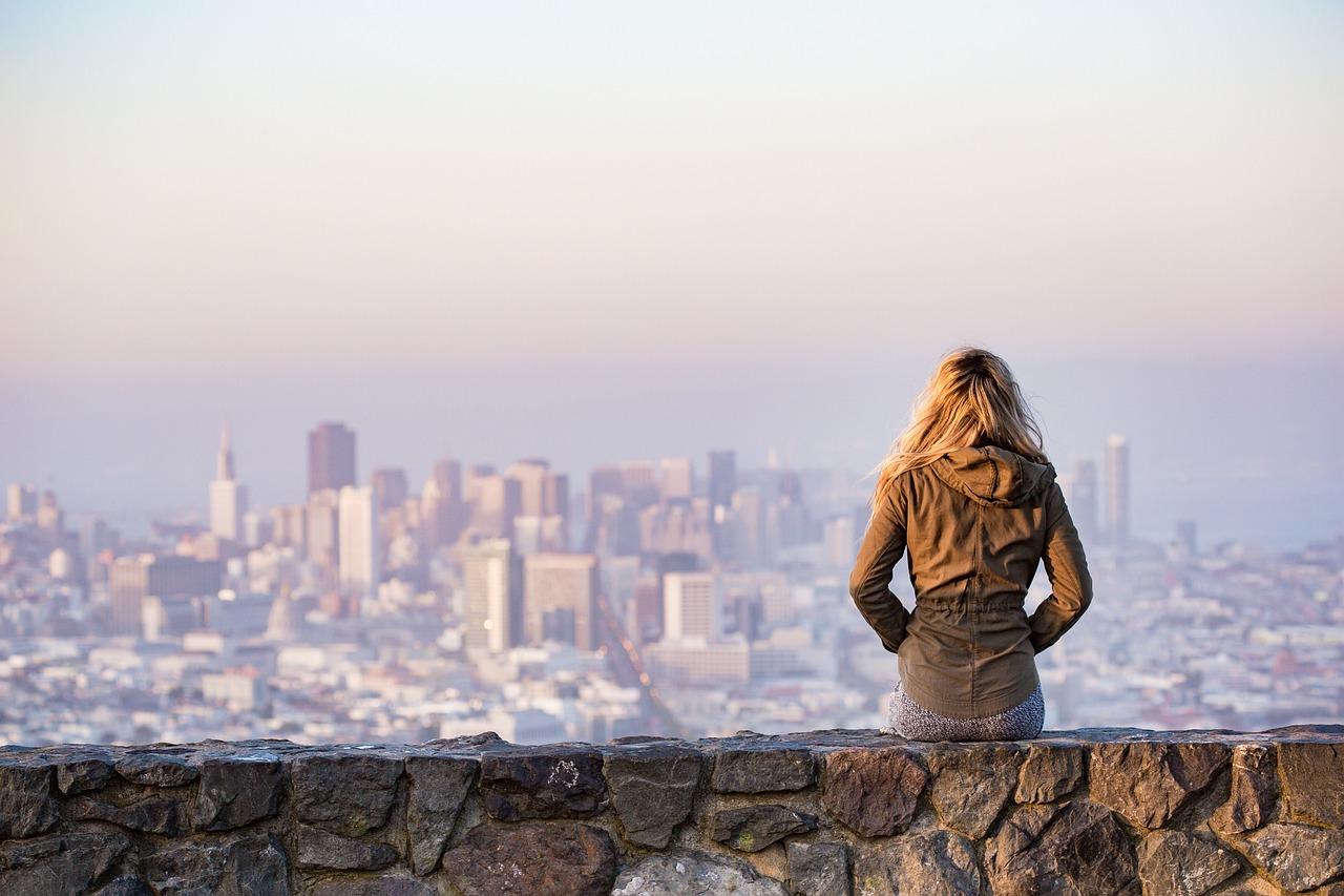 金髪, 座っている, 壁, 建物, 市, 都市の景観, 夏時間, 女の子, サンフランシスコ, スカイライン