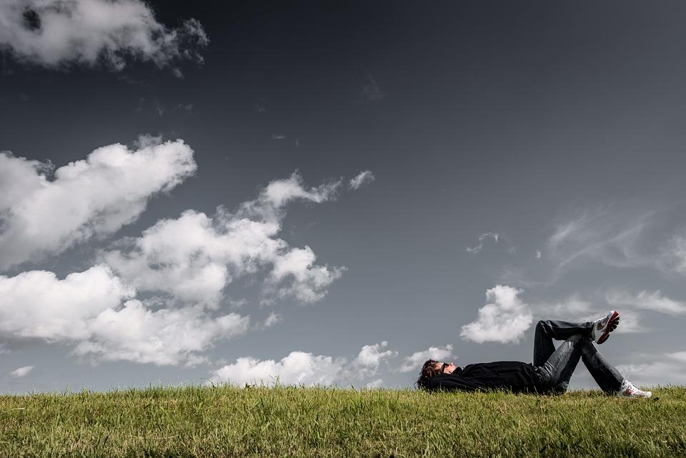 男, 草, 嘘をつく, 休憩, リラックス, 男の子, 考え, 夢, 雲, 田舎, フィールド, 灰色の空