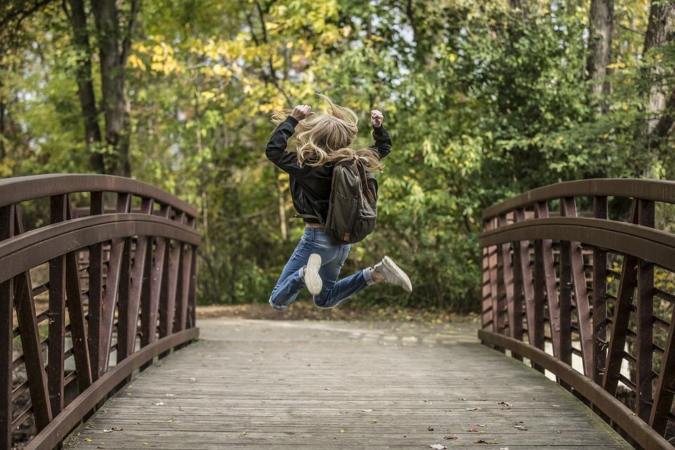 Rubia, Niña, Puente, Diversión, Feliz, Alegría, Saltar