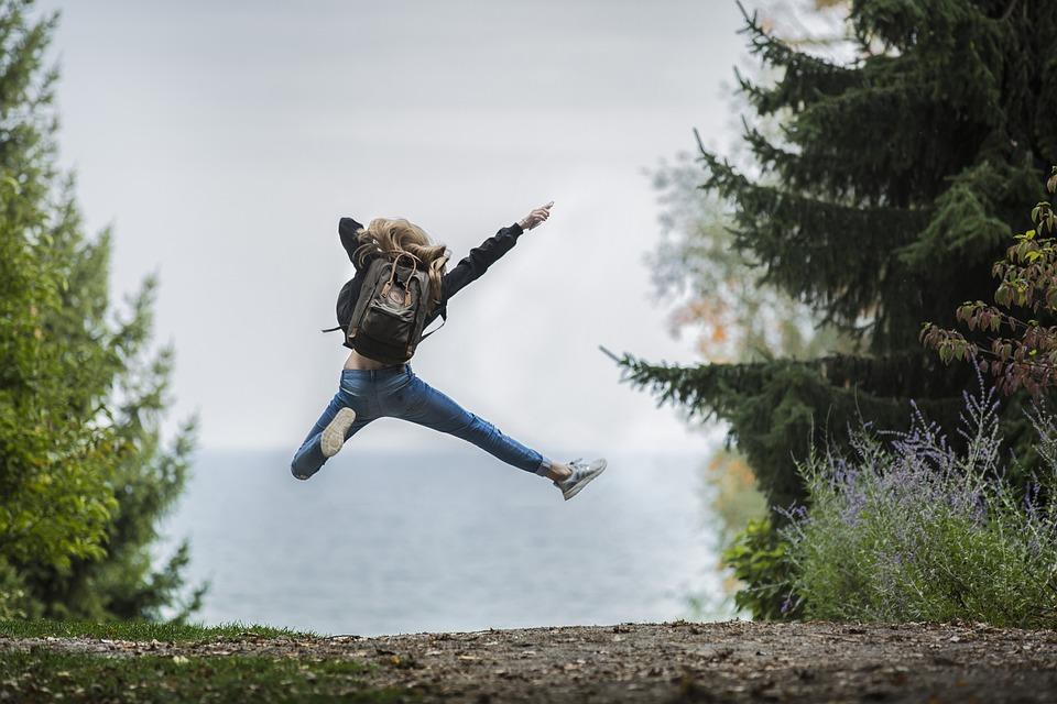 女性, ジャンプ, バックパック, ジャンピング, 飛躍, 冒険, ブロンドの髪, 探索, 女の子, 小道
