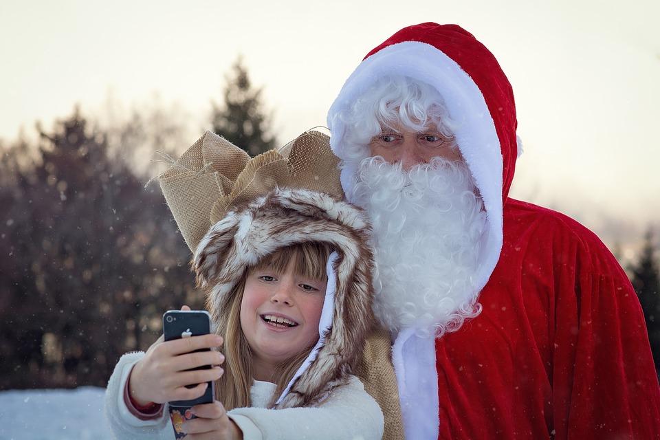 サンタさんと写真を撮る女の子
