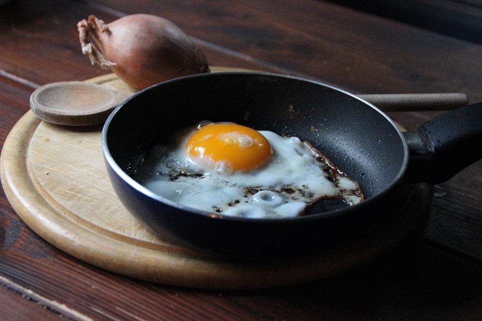usmażone jajko na patelni