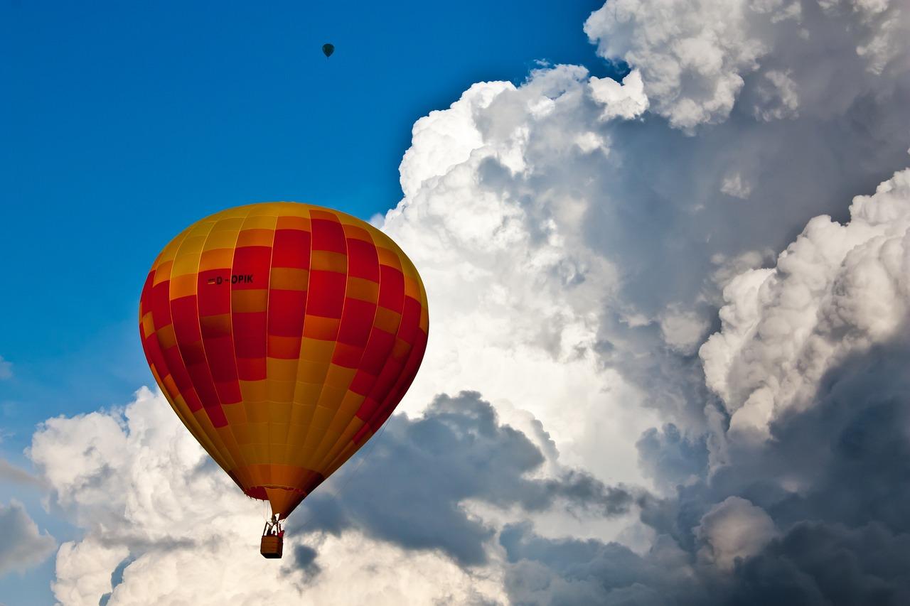 картинка с летающими шарами люди заходят инстаграм