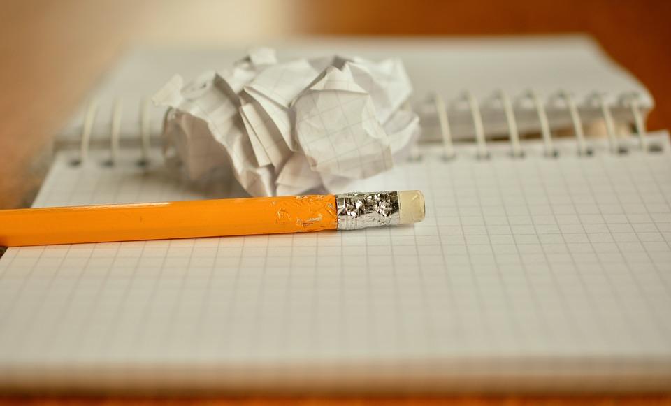 鉛筆, メモ, 噛む, 紙のボール, 書きます, 手書きツール, メモ帳, 感情, デスク, 紙, ペン
