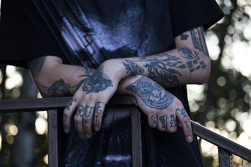 dívka s drakem tetování kouření