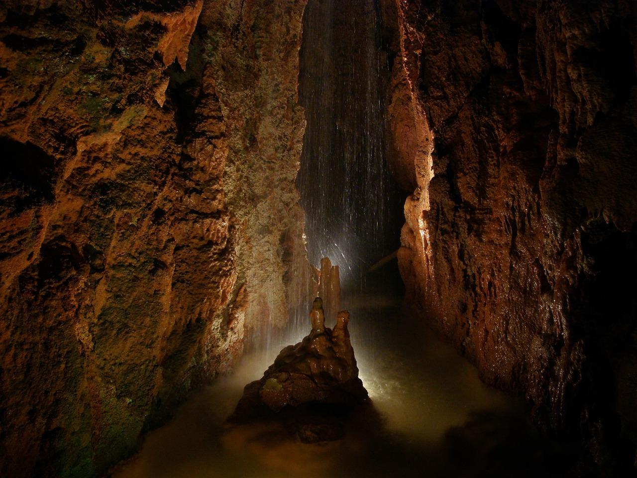 Картинка пещеры в скале