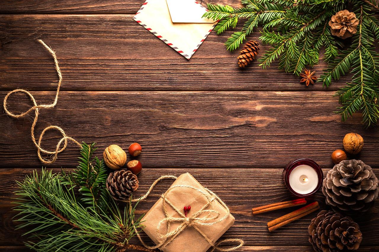 Новогодние открытки на столе
