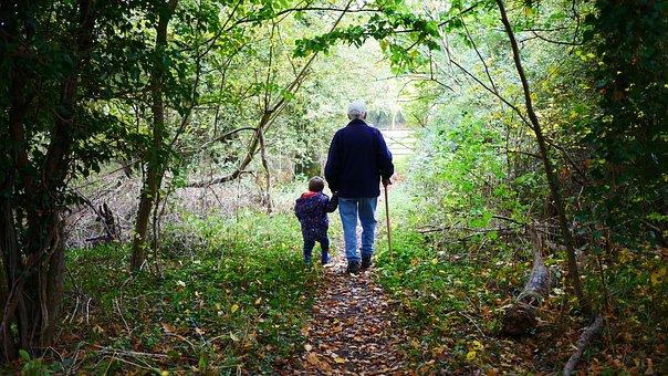 Grootouders Lopen Oude Kleinkinderen Klein