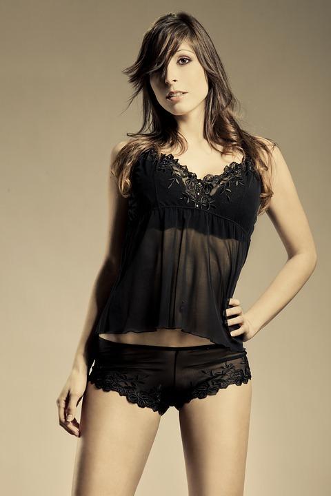 iso kaunis nainen eroottiset vaatteet