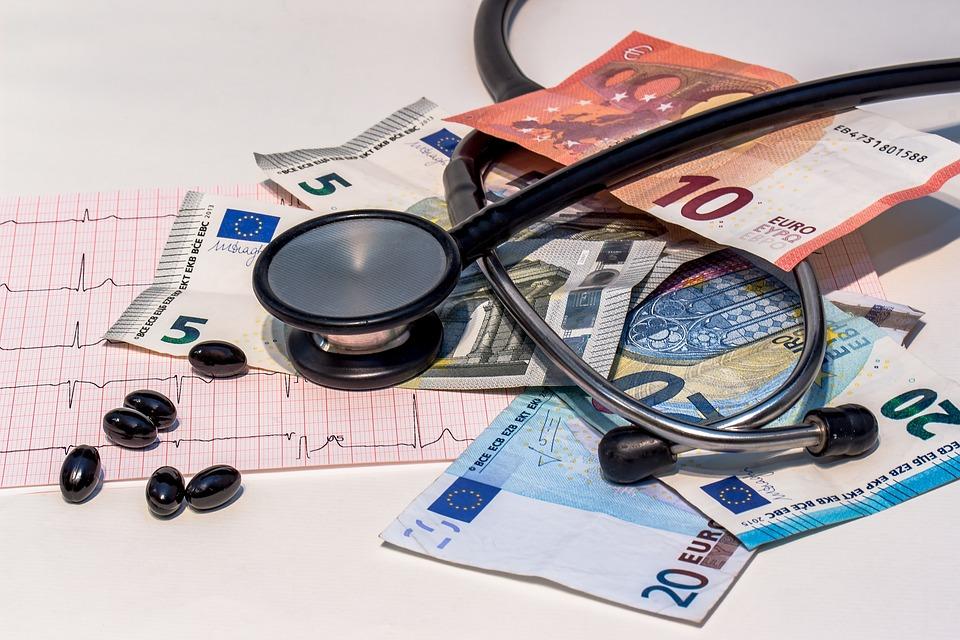 Geld, Pillen, Stethoskop