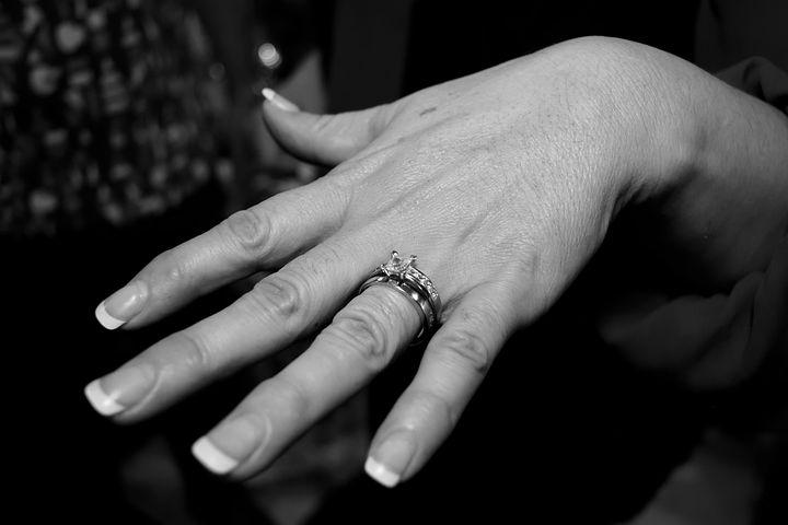 днем картинки с кольцами обручальными на руках черно белый замужем саудовсим принцем