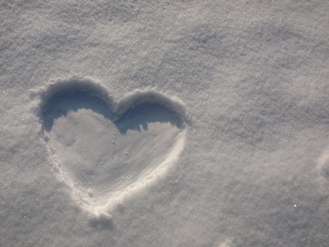 картинки сердце на снегу последнем фото окуляр