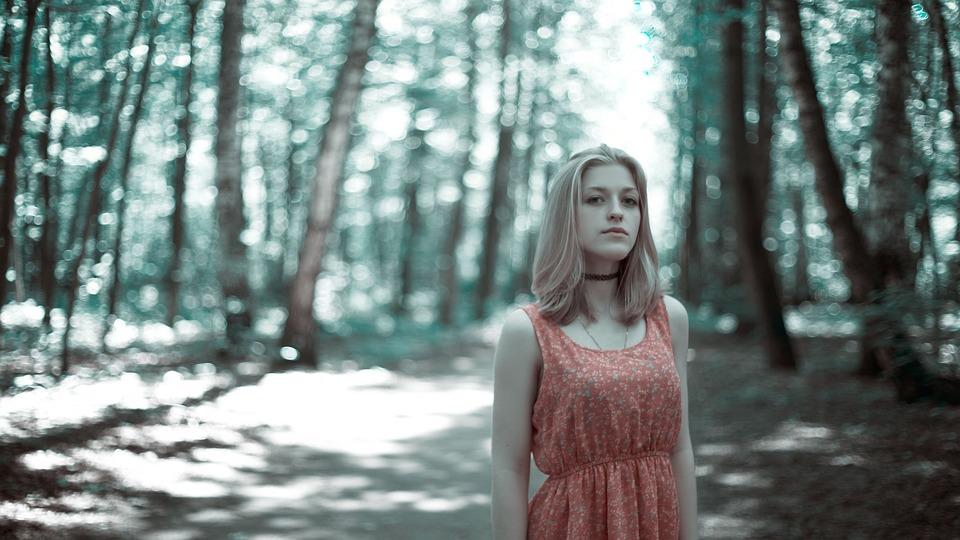 Девушка в лесу фото 458-640