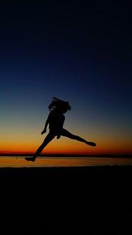 Фото силуэт девушки со спины море