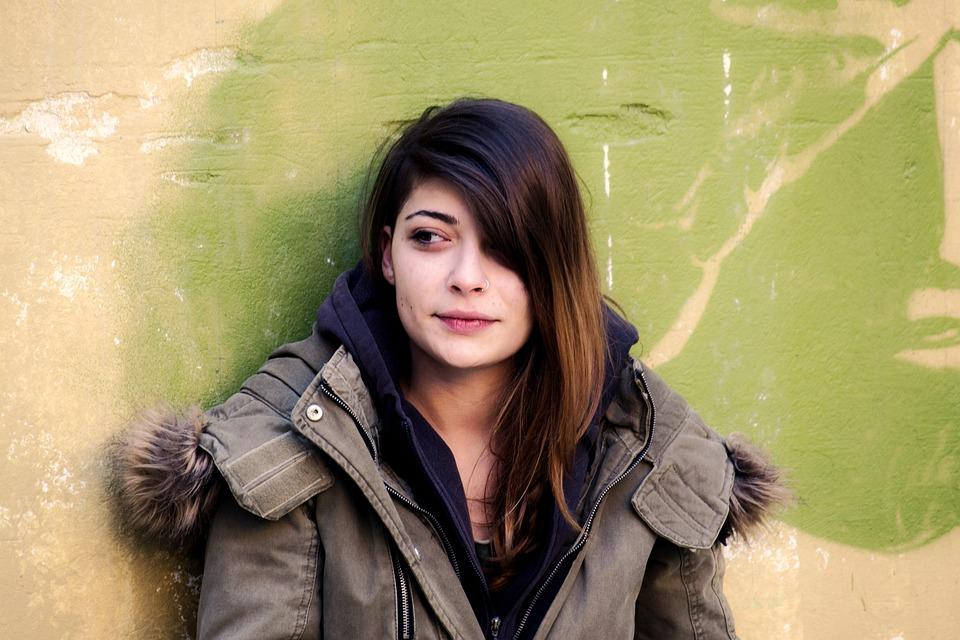 笑っている女の子, 壁に寄りかかっ女の子, カラフルな肖像画, にこやか, 若いです, 壁, 女性, 女の子