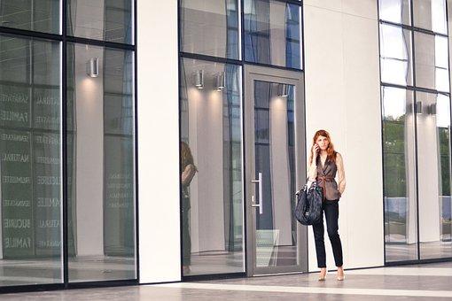 電話でのビジネスの女性, 屋外のビジネスセンター, ビジネス, 肖像画, 女性