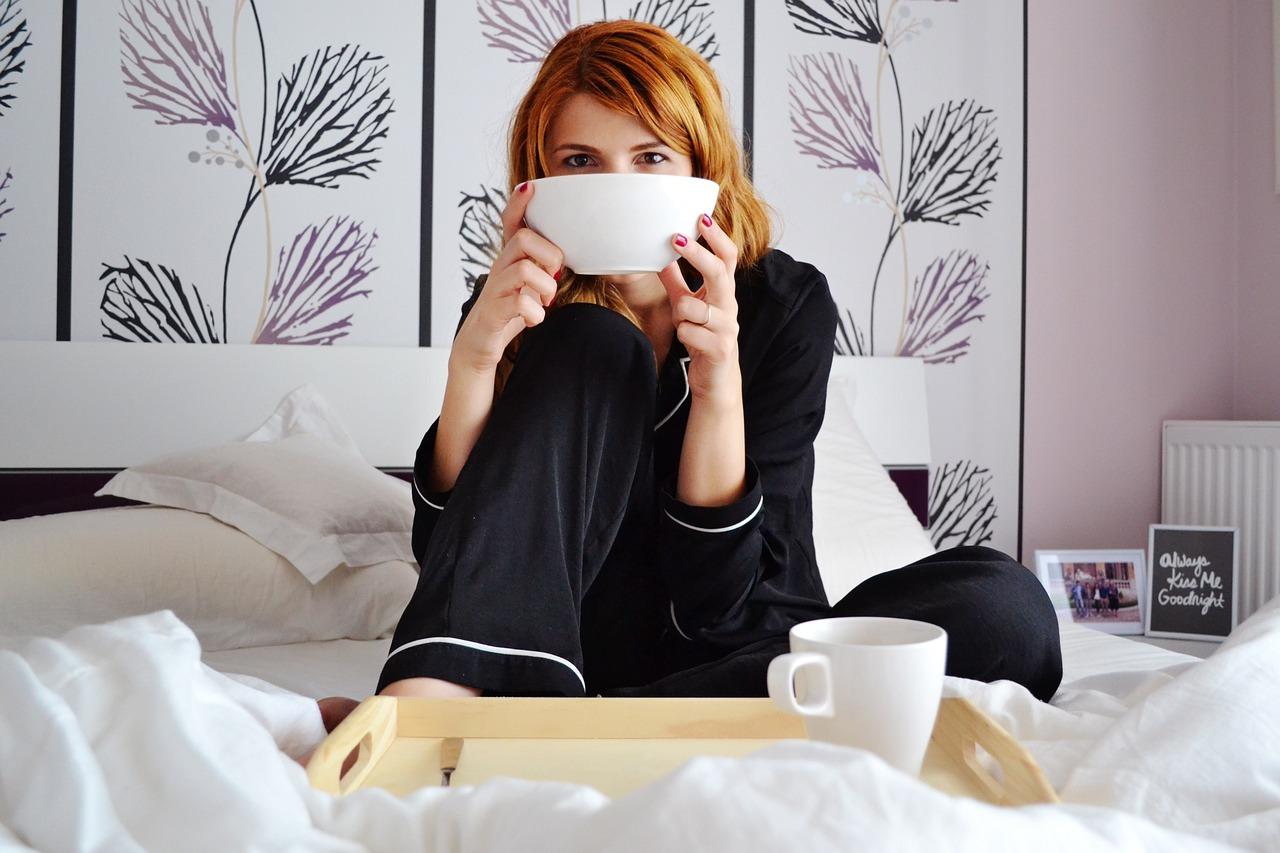 Фото девушек с кофе на постели