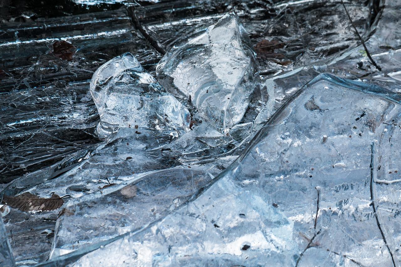 Картинка с осколками льда
