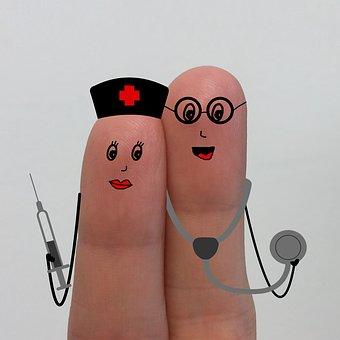 Zwei Finger angemalt als Krankenschwester und Krankenpfleger