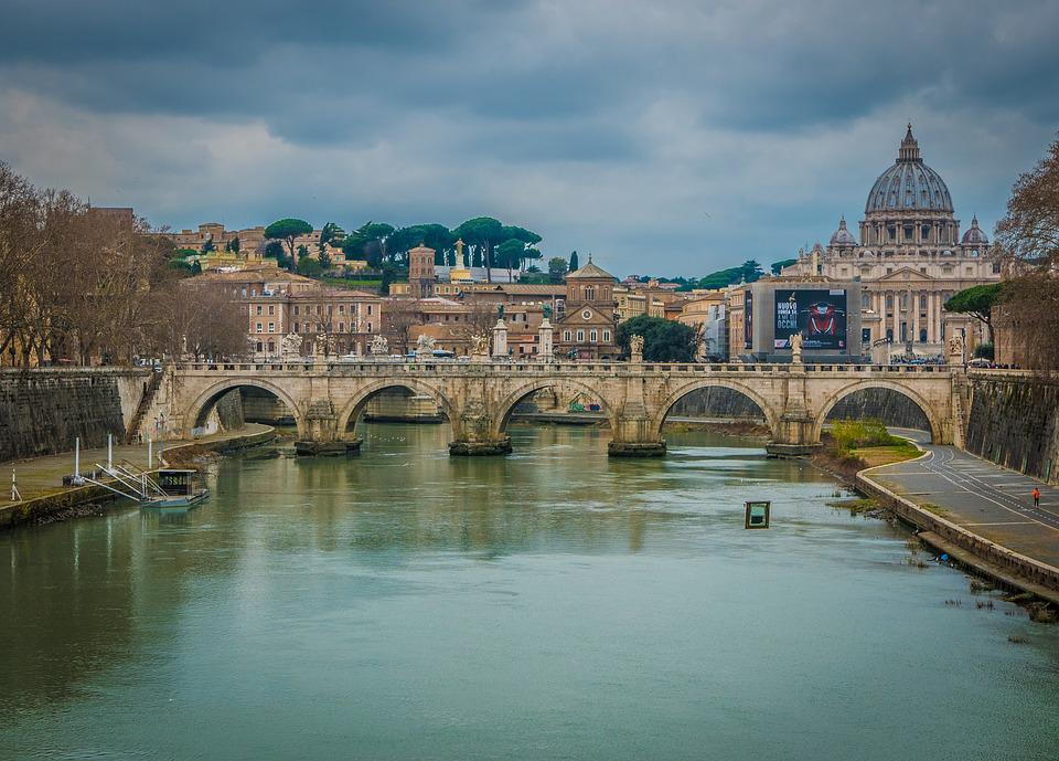 川と橋と一緒のサン・ピエトロ大聖堂です。