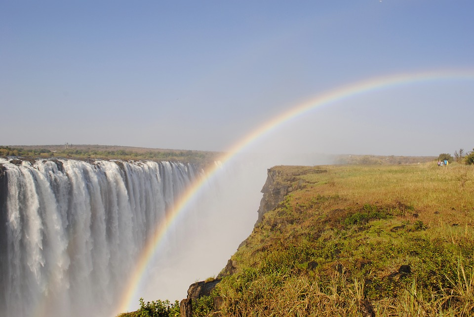 What 2 countries are separated by the breathtaking Victoria Falls?