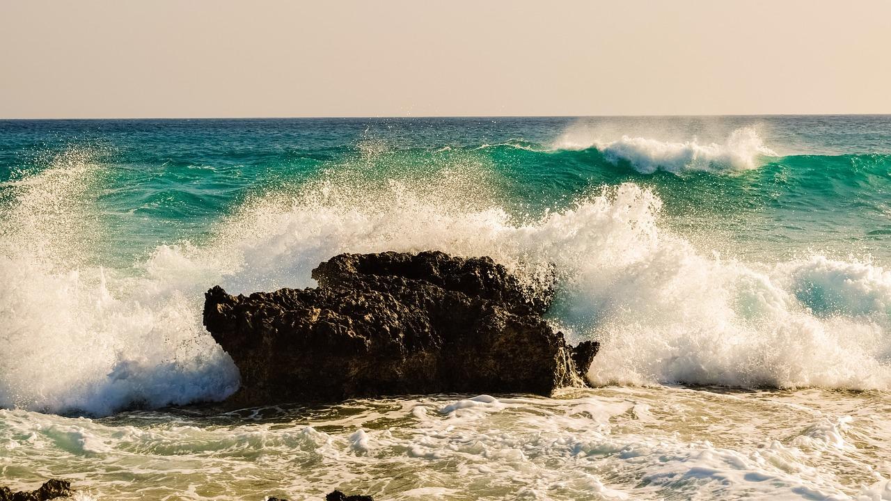 Картинка волны бьются о камни