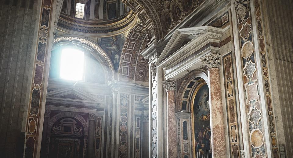 光が入ったサン・ピエトロ大聖堂の内部です。