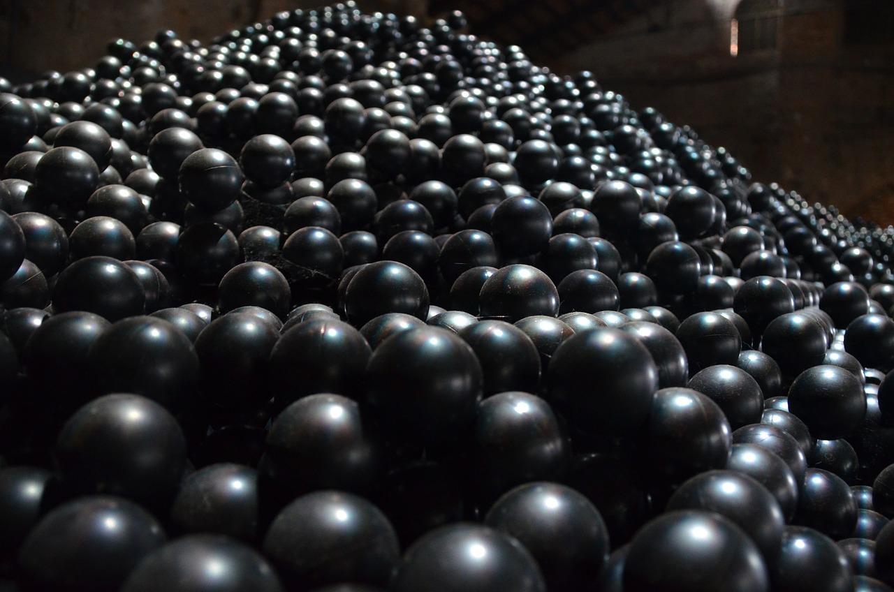 Картинка пластиковые шарики черно белая
