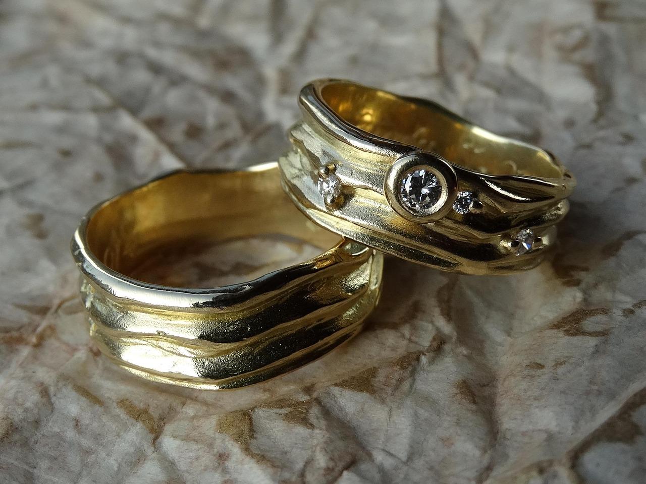 винтажные обручальные кольца фото лежит