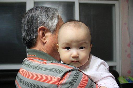 宝宝的睫毛剪一剪会变浓密吗?