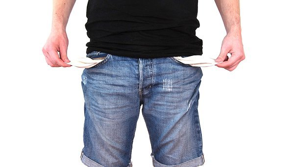 A man showing his empty pockets to signify 90 reasons why 90 percent of online businesses fail